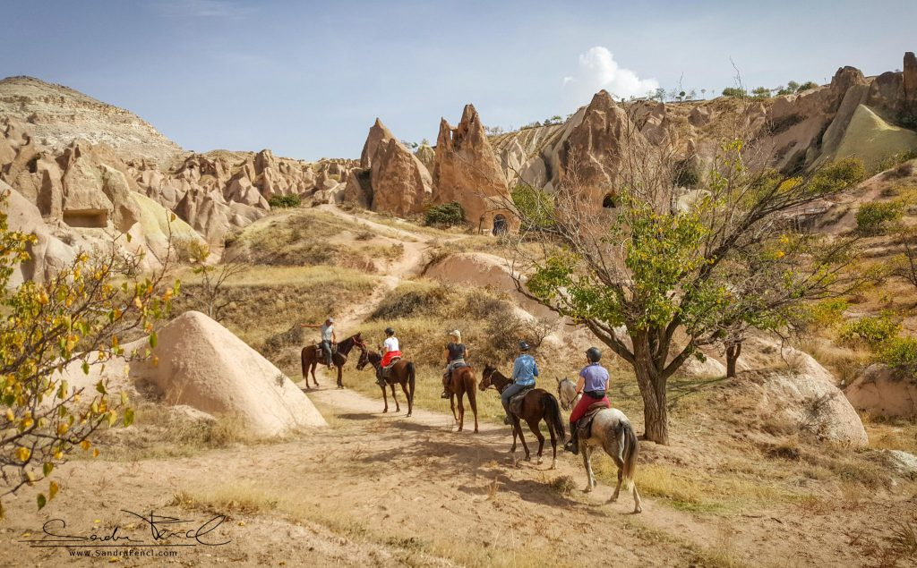 """Beim Kapadokya Trail Ride gab es keine """"fixe Reihenfolge"""" in der Gruppe. Die Pferde waren sehr verträglich und man konnte einfach """"Durcheinander"""" reiten."""