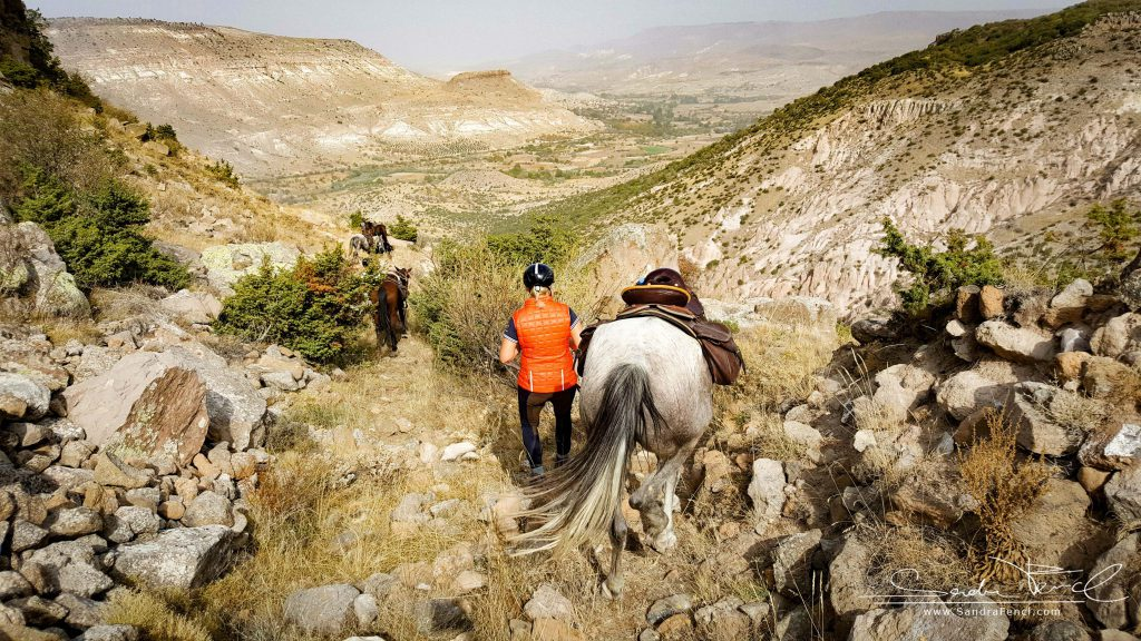 Nicht nur die Pferde, sondern auch die Reiter benötigen eine gute Kondition und Trittsicherheit bei dieser Reittour.